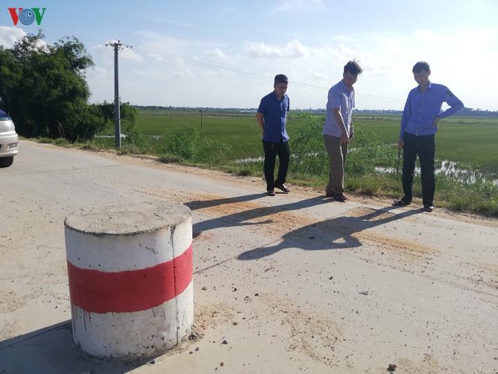 """Bắc Giang: Nhiều tuyến đê """"oằn lưng"""" cõng xe tải 40 tấn (28/7/2020)"""