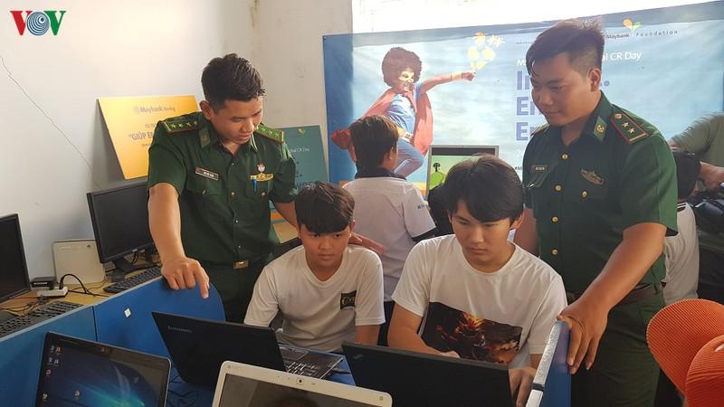Bộ đội Biên phòng xã đảo Thạnh An, TPHCM, dạy nghề cho người nghèo (04/07/2020)
