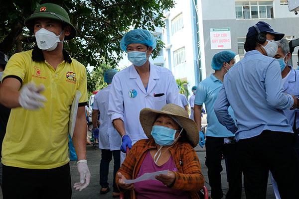 Ngày đầu dỡ bỏ phong tỏa tại các khu dân cư gần 3 bệnh viện lớn ở Đà Nẵng (11/8/2020)