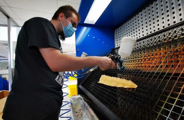Công ty Pháp dùng da cá hồi làm ví, thắt lưng (21/9/2020)