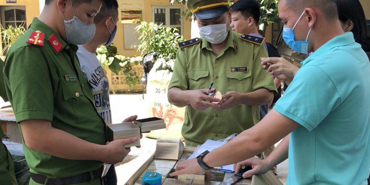 Lạng Sơn: Ngăn chặn kịp thời phương tiện vận chuyển 3.000 chiếc khẩu trang vải và 1.000 lọ kem dưỡng da nhập lậu đang trên đường tiêu thụ (4/9/2020)