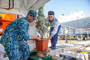 Tàu chở quà Tết ra đảo là Trường Sa vào Xuân (16/01/2021)