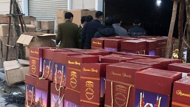 Quản lý thị trường Hà Nội: bắt giữ vụ sang chiết rượu ngoại giả quy mô lớn (21/1/2021)