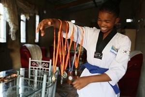 Cô giáo dạy teakwondo cho các bé gái để chống nạn tảo hôn (21/01/2021)