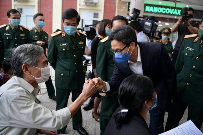 """Việt Nam đẩy nhanh tiến độ để sớm """"phủ sóng"""" vắc xin COVID-19 (28/02/2021)"""