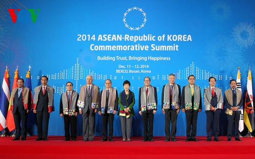 Thời sự sáng ngày 13/12/2014: Hội nghị cấp cao kỷ niệm 25 năm quan hệ Đối thoại ASEAN-Hàn Quốc bế mạc và ra tuyên bố chung