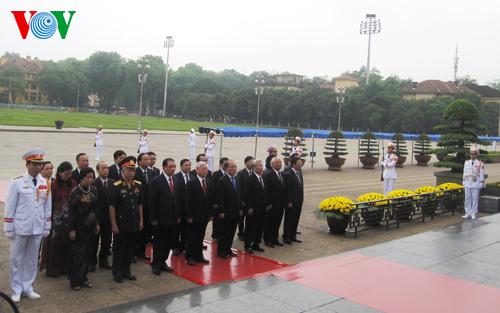 Thời sự trưa ngày 29/4/2015: Lãnh đạo Đảng và Nhà nước vào lăng viếng Chủ tịch Hồ Chí Minh và tưởng niệm các anh hùng liệt sỹ nhân kỷ niệm 40 năm giải phóng Miền Nam, thống nhất đất nước