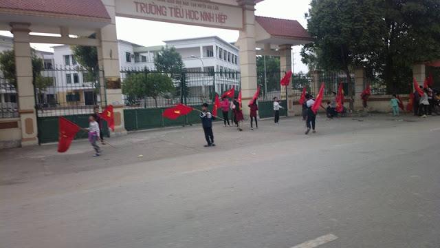 Hàng nghìn học sinh ở xã Ninh Hiệp, huyện Gia Lâm, Hà Nội bị phụ huynh cho nghỉ học để phản đối chính quyền xây trung tâm thương mại. (25/12/2015)
