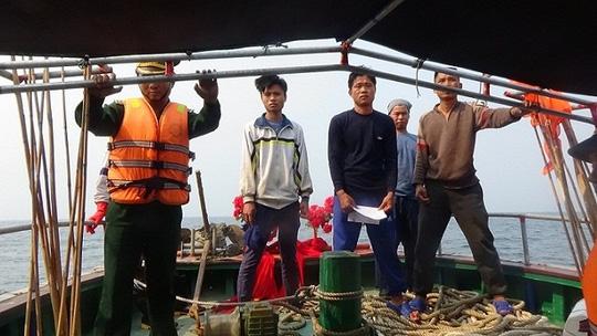 Bộ đội Biên phòng tỉnh Quảng Bình xử lý 6 tàu cá Trung Quốc vi phạm chủ quyền vùng biển Việt Nam (Thời sự trưa 8/4/2016)