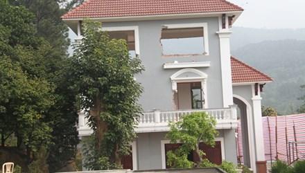 Sáng nay, gia đình ông Ngô Văn Quang bắt đầu tháo dỡ biệt thự xây dựng trái phép trên núi Hải Vân.(Thời sự trưa 12/12/2015)