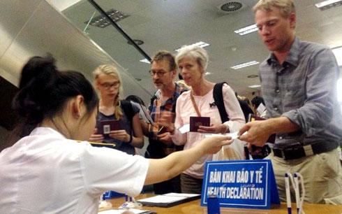 Thời sự trưa ngày 11/8/2014: Bộ Y tế đã kích hoạt Văn phòng đáp ứng khẩn cấp phòng chống dịch bệnh và triển khai áp dụng tờ khai y tế đối với người nhập cảnh tại Cảng Hàng không quốc tế Nội Bài