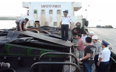 Pháp luật và đời sống ngày 07/7/2014: Công tác chống buôn lậu xăng dầu trên biển của Vùng Cảnh sát biển 4