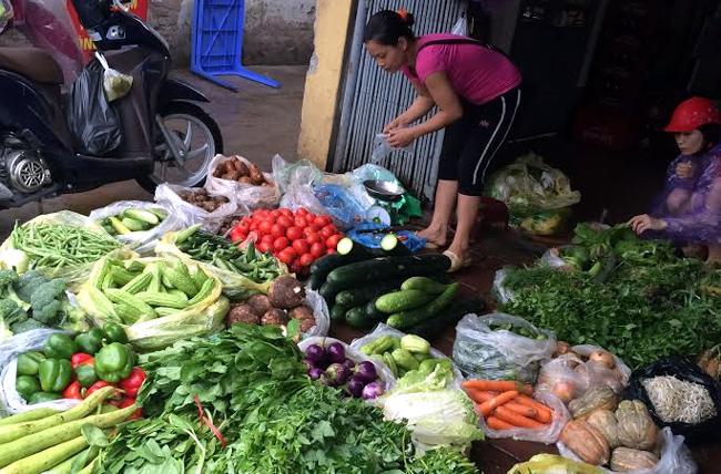 Cục An toàn thực phẩm cho biết, 10% mẫu rau củ quả nhiễm thuốc bảo vệ thực vật vượt quá giới hạn. (Thời sự sáng 27/10/2015)