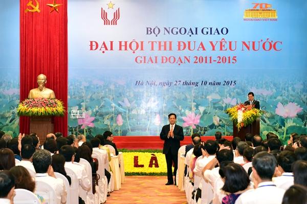 Thủ tướng Nguyễn Tấn Dũng yêu cầu các cán bộ ngoại giao nỗ lực phấn đấu thực hiện tốt nhất nhiệm vụ chính trị đối ngoại trên tinh thần tất cả vì lợi ích quốc gia, lợi ích dân tộc. (Thời sự trưa 27/10/2015)
