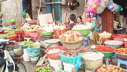 Trung bình mỗi ngày có tới hơn 200 tấn nông sản kém chất lượng của Trung Quốc được bán tại Hà Nội (Thời sự đêm  01/11/2015)