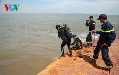 Các lực lượng tiếp tục công tác cứu hộ cứu nạn các nạn nhân trong vụ chìm tàu Hoàng Phúc 18 (Thời sự sáng 01/11/2015)