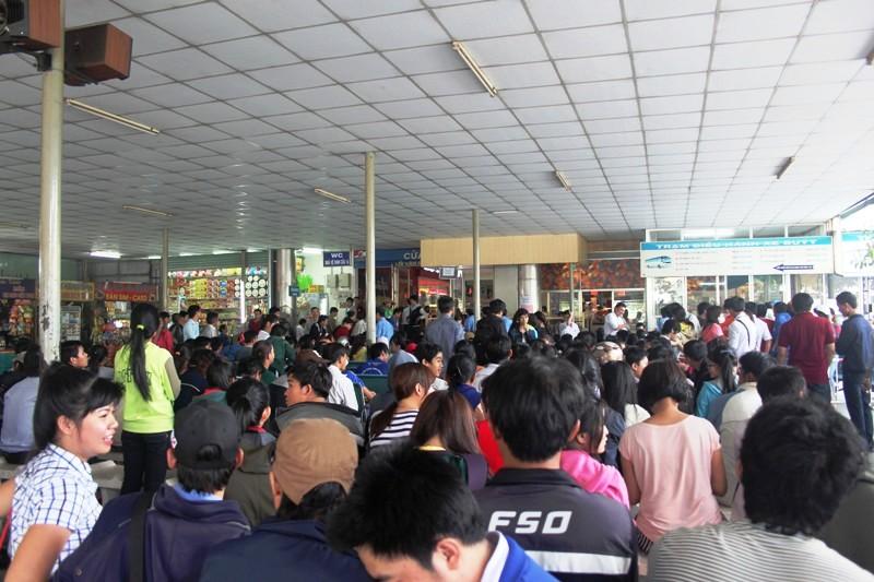 Thời sự sáng ngày 13/01/2015: Nhiều hành khách tại Tp.HCM chen chúc từ 2-3 giờ sáng vẫn không mua được vé xe Tết.