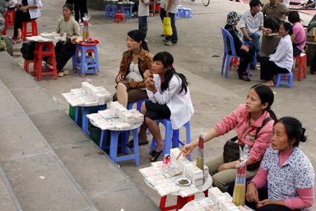 Cấm đổi tiền lẻ và câu chuyện tâm thức người Việt khi đi lễ chùa