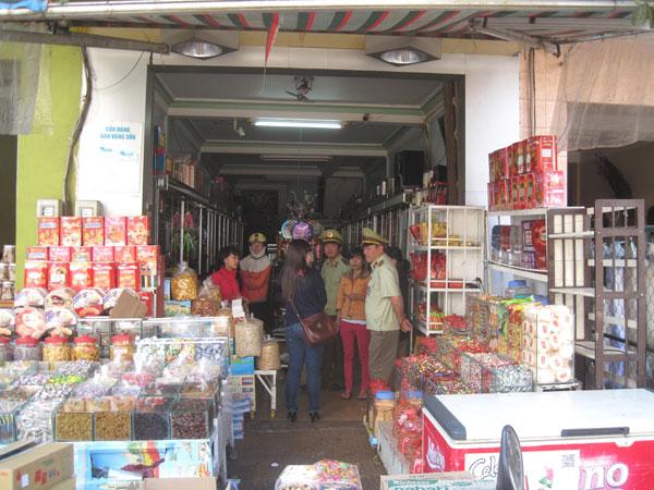 Thời sự sáng ngày 04/02/2015: Phó Thủ tướng Nguyễn Xuân Phúc yêu cầu tăng cường công tác đấu tranh chống buôn lậu, gian lận thương mại và hàng giả dịp Tết Nguyên đán