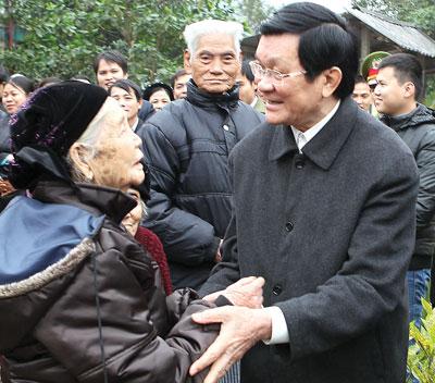 Thời sự trưa ngày 06/02/2015: Chủ tịch nước Trương Tấn Sang thăm, chúc Tết bà con nhân dân và các gia đình chính sách tại tỉnh Hải Dương.