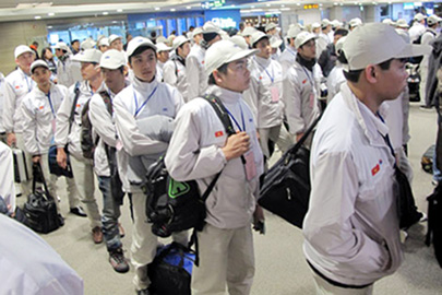 Thời sự chiều ngày 11/4/2015: Bộ Lao động thương binh xã hội và Bộ Việc làm - Lao động Hàn Quốc đã ký gia hạn Bản thỏa thuận đặc biệt tiếp nhận lao động Việt Nam sang Hàn Quốc, mở ra cơ hội cho hơn 7.000 người lao động Việt Nam sang làm việc tại Hàn Quốc trong năm nay.