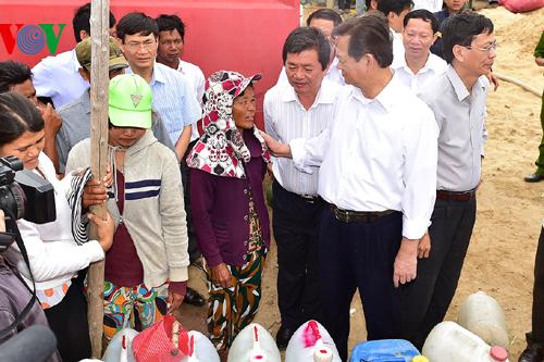 Thời sự chiều ngày 13/4/2015: Kiểm tra công tác chống hạn tại Ninh Thuận, Thủ tướng Nguyễn Tấn Dũng khẳng định: Chính phủ sẽ cấp đủ lương thực, đưa gạo đến từng hộ dân, không để đồng bào trong vùng hạn bị khát, bị thiếu ăn.