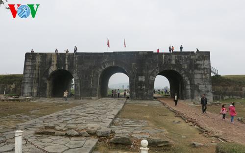 Thời sự đêm ngày 24/5/2015: Phát hiện nhiều dấu tích kiến trúc và di vật cổ trong vùng đệm khu di sản thế giới Thành nhà Hồ, tỉnh Thanh Hóa.
