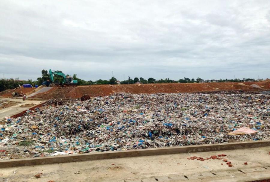 Thời sự trưa ngày 11/8/2015: Người dân phải bỏ nhà vì bãi rác gây ô nhiễm ngay tại trung tâm du lịch lớn nhất của tỉnh Thanh Hóa – thị xã Sầm Sơn.