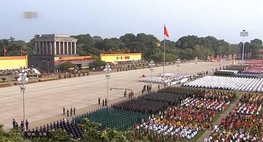 Sáng nay tại Quảng trường Ba Đình lịch sử diễn ra chương trình mít tinh trọng thể và diễu binh, diễu hành kỷ niệm 70 năm Cách mạng tháng Tám và Quốc khánh 2/9