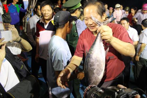 Các địa phương bắt đầu triển khai thu mua cá cho ngư dân miền Trung. Bộ Công thương thành lập đường dây nóng để tiếp nhận thông tin và hỗ trợ ngư dân trong việc thu mua, tiêu thụ thủy hải sản nuôi trồng và đánh bắt bảo đảm an toàn (Thời sự trưa 01/5/2016)