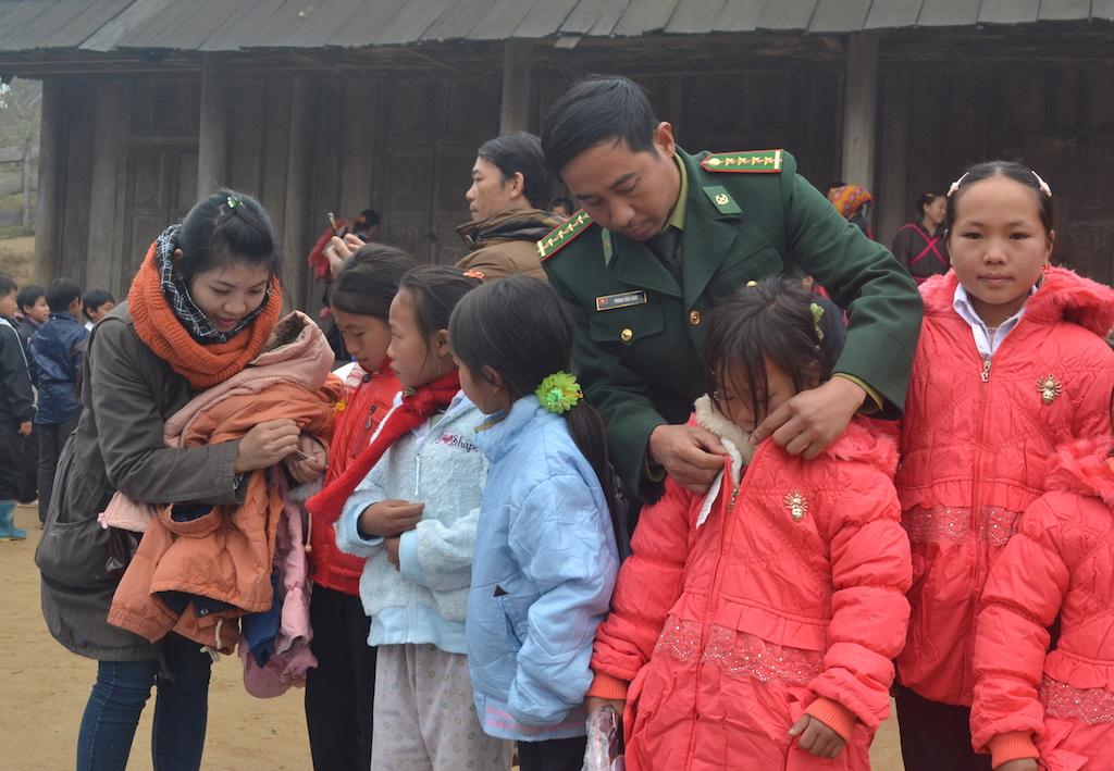 Chung tay hỗ trợ người dân biên giới. (21/6/2016)