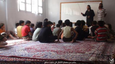 Vì sao IS huấn luyện được trẻ em đánh bom tự sát? (23/8/2016)
