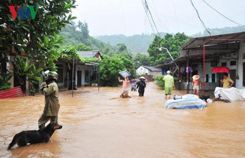 Hoàn lưu bão số 2 gây mưa to và lũ quét tại Lào Cai khiến 11 người thiệt mạng và mất tích. Hiện, lực lượng cứu hộ đã giải thoát được 100 du khách bị mắc kẹt trên quốc lộ 4D (Thời sự chiều 5/8/2016)