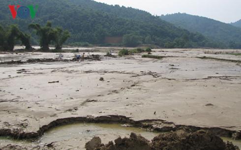 Mưa lũ tại Lào Cai đã cuối trôi 2 người. Theo dự báo, trong các ngày tới tại các tỉnh phía Bắc sẽ có mưa to đến rất to. Nguy cơ xảy ra lũ ống, lũ quét, sạt lở đất là rất cao (Thời sự chiều 11/8/2016)