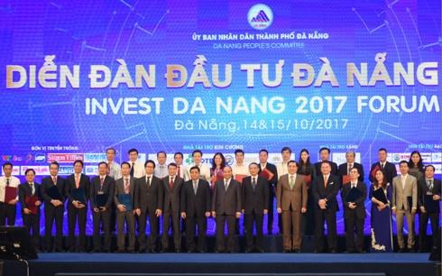 Thủ tướng Nguyễn Xuân Phúc dự Diễn đàn Đầu tư Đà Nẵng 2017. Ngay tại Diễn đàn, các nhà đầu tư đã cam kết hoặc nghiên cứu đầu tư các dự án với số vốn lên đến gần 1 tỷ USD (Thời sự chiều 15/10/2017)