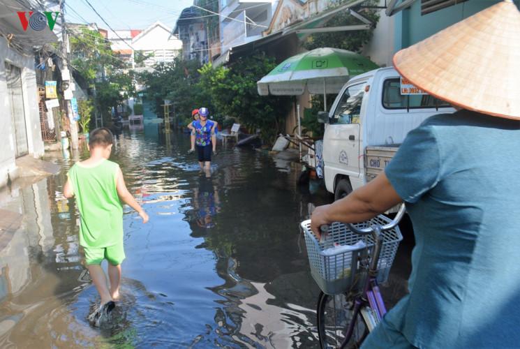 Triều cường tại thành phố Hồ Chí Minh và thành phố Cần Thơ gây ngập nhiều tuyến đường, ảnh hưởng đến cuộc sống người dân (Thời sự đêm 8/10/2017)