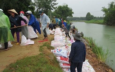 Phú Yên: Cán bộ xã phải mua gần 1 tấn rưỡi gạo để cấp bù cho dân, đồng thời xin lỗi những hộ dân đã bị xà xẻo gạo cứu trợ sau bão số 12 (26/12/2017)