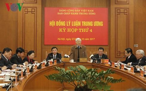 Tại Kỳ họp thứ tư Hội đồng Lý luận Trung ương, Tổng Bí thư Nguyễn Phú Trọng yêu cầu: Cần xây dựng hệ thống luận cứ vững chắc cho chiến lược phát triển quốc gia (Thời sự chiều 23/12/2017)
