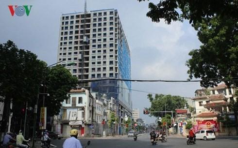 UBND thành phố Hà Nội yêu cầu rà soát lại thủ tục pháp lý trong việc xử lý vi phạm trật tự xây dựng tại tòa nhà 8B Lê Trực (Thời sự trưa 1/9/2017)