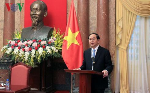 Nhân kỷ niệm 55 năm Ngày thiết lập quan hệ ngoại giao Việt Nam - Lào, Chủ tịch nước Trần Đại Quang trả lời phỏng vấn báo chí về quan hệ hữu nghị truyền thống, đoàn kết đặc biệt và hợp tác toàn diện, triển vọng hợp tác giữa 2 nước trong thời gian tới (Thời sự chiều 4/9/2017)