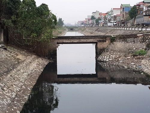 Ô nhiễm nước sông Nhuệ Hà Nam-Ruộng bị khô cằn, người dân ăn ngủ cũng phải bịt khẩu trang  (18/01/2018)