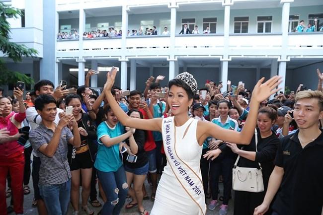Hoa hậu hoàn vũ Việt Nam năm 2017 với thông điệp: Thay vì kết hôn sớm, hãy dành thời gian cho việc học hành và theo đuổi ước mơ (11/1/2018)