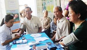 Chuyên gia y tế tư vấn cách phòng ngừa bệnh mạn tính ở người cao tuổi (1/10/2018)