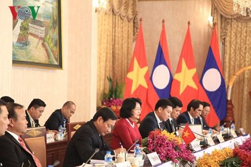 Nhận lời mời của đồng chí Phankham Viphavanh, Phó chủ tịch nước Cộng hòa dân chủ nhân dân Lào, hôm nay, Phó Chủ tịch nước Đặng Thị Ngọc Thịnh cùng đoàn đại biểu cấp cao nước ta, bắt đầu chuyến thăm Lào từ 19 đến 22/6 (Thời sự đêm 19/6/2018)