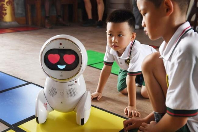 Sự hào hứng của trẻ em mẫu giáo ở Trung Quốc khi robot được đưa vào trường học (30/8/2018)