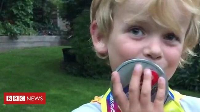 Cậu bé 5 tuổi ở Anh gây quỹ giúp trẻ bại não (24/8/2018)