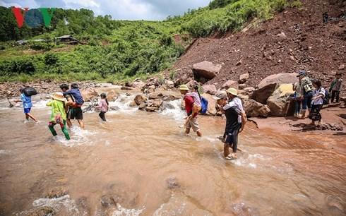 Băng rừng, vượt dốc, lội suối - con đường đến trường của học sinh vùng cao Nậm Sỏ, Lai Châu (28/8/2018)