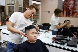Chủ tiệm cắt tóc ở Hà Nội có ý tưởng cắt tóc miễn phí cho khách hàng nam với kiểu tóc giống ông Donald Trump và ông Kim Jong Un (26/2/2019)