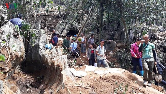 Hàng nghìn người dân tập trung về khu vực núi đá thuộc xã Liễu Đô, huyện Lục Yên, tỉnh Yên Bái, đào bới tìm kiếm đá quý (9/7/2019)