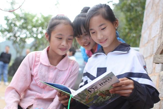 Người phụ nữ xây dựng mô hình đọc báo ở khu dân cư (13/8/2019)